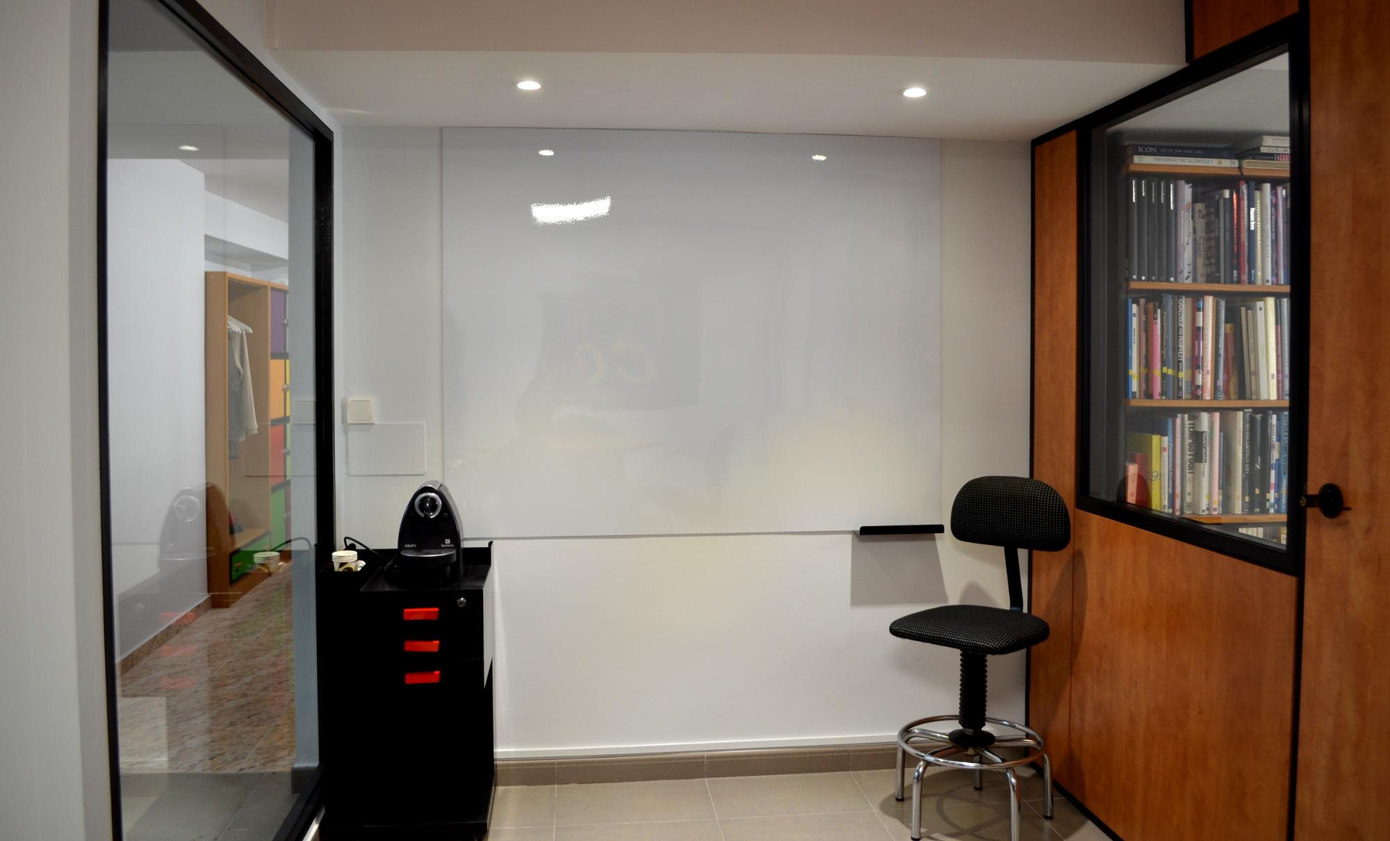 Pissarra/pantalla a la sala de reunions